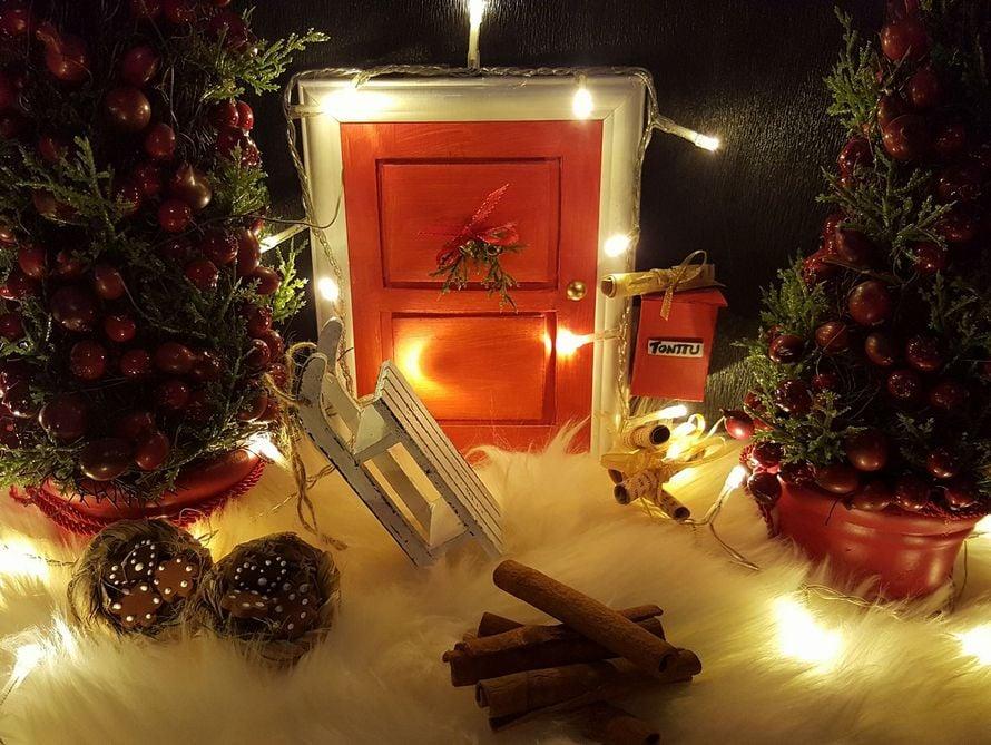 """""""Rakensin kotiin tonttuoven ja sen ympärille tonttumaailman.Tontun ovi on rakennettu pahvista valokuvakehykseen. Postilaatikko on tulitikkuaski."""" Johanna Suonpää"""