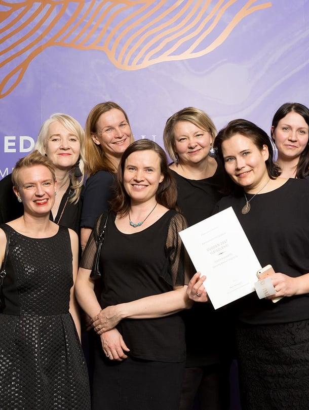 Voittoisa Kodin Kuvalehden toimitus juhlatuulella Aikausmedian Edit-gaalassa torstaina Helsingin Kulttuuritalolla.