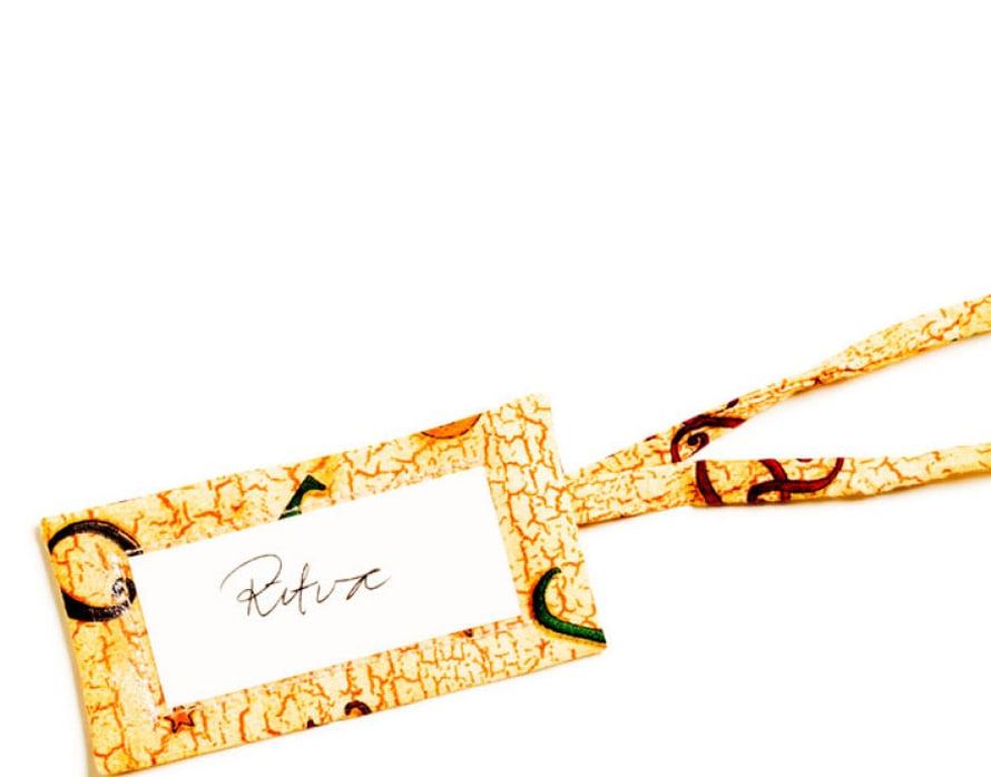 Matkalaukku erottuu, kun siinä on kankaasta tehty nimilappu. Tagin tekemiseen riittää pieni kangastilkku.