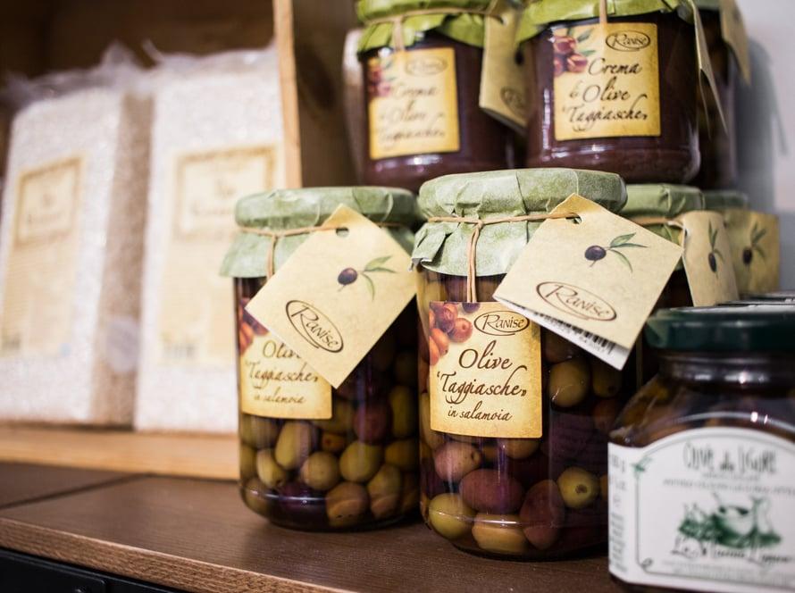 Taggiasche-oliivit ovat suosikkioliivini - aivan ehdottomia pizzaan tai pastaan, johon tarvitaan oliiveja.