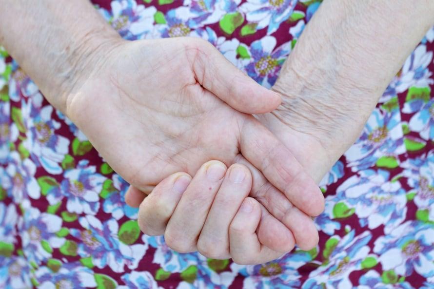Monelle lähihoitajan kosketus on päivän tai viikon ainoa.