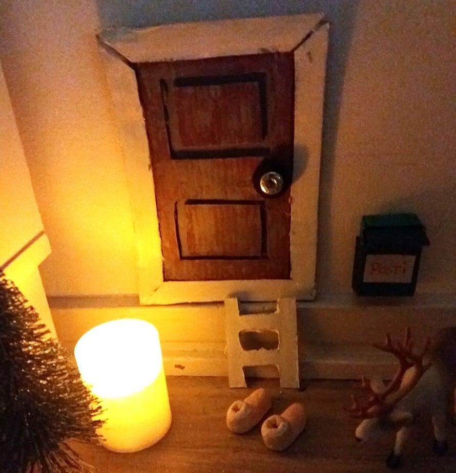 """""""Tyttäreni kanssa tartuttiin KK:n ohjeeseen ja pahvista syntyi tämä ovi. Oven edustan rekvisiitta lisääntynyt pikkuhiljaa."""" Niina Marstio"""