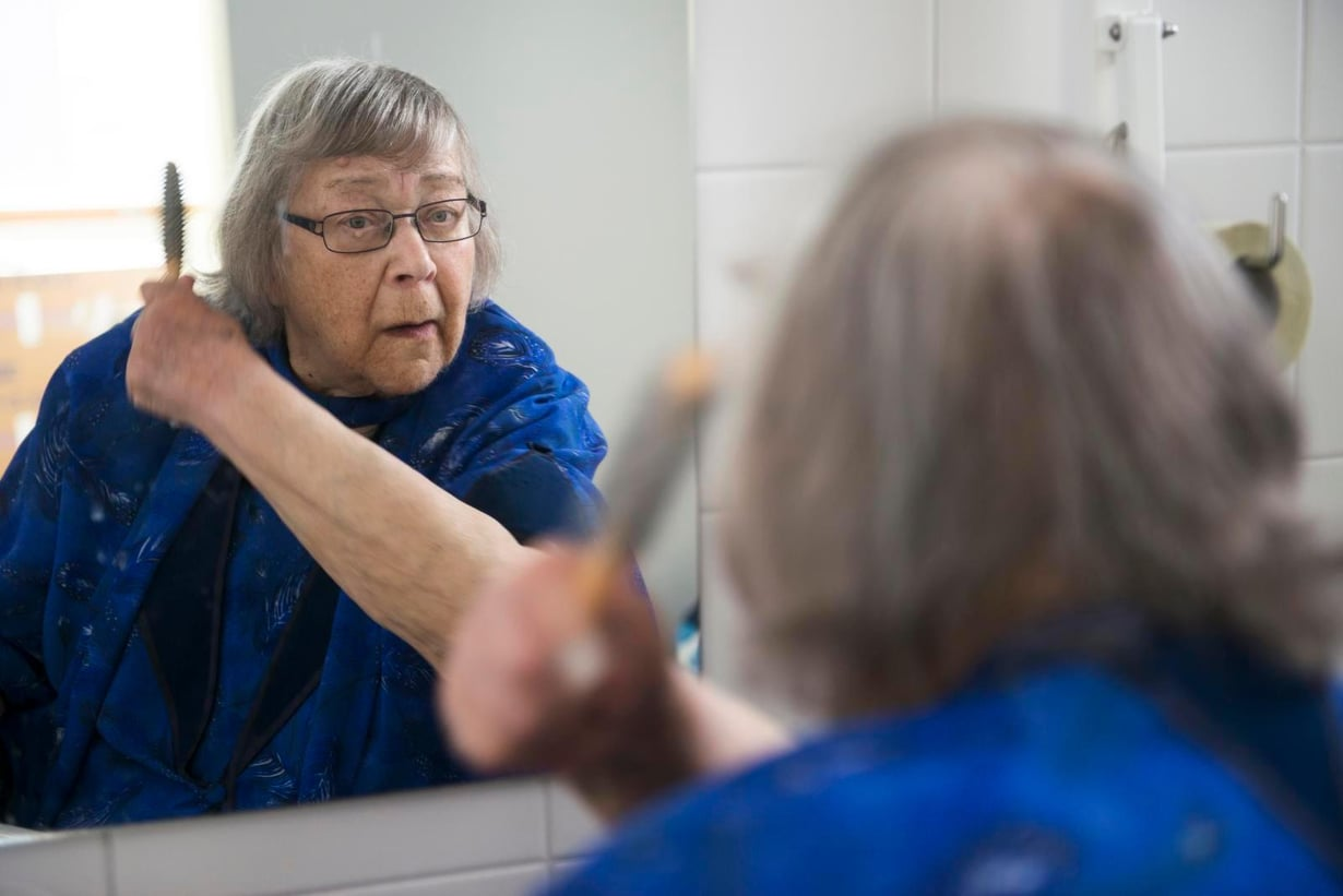 """""""Olin nuorena niin sanottu aito blondiini"""", Tuula Raatikainen sanoo kammatessaan aamulla hiuksiaan."""