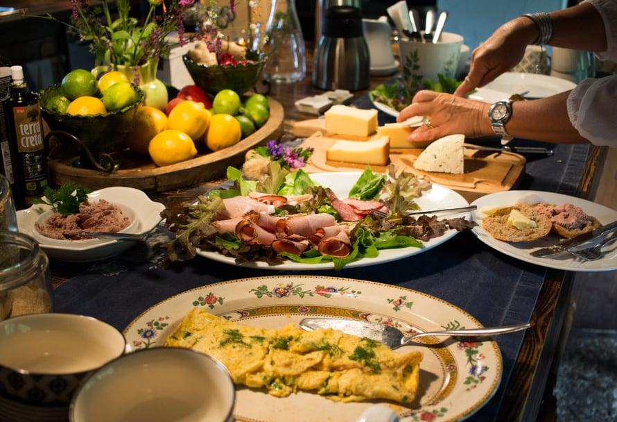 Nami Namasten aamiainen – nautitaan vaikka aamutakissa, jos siltä tuntuu.
