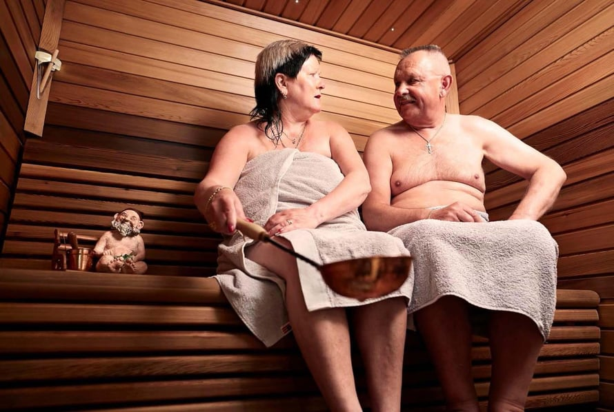 Kun Riitta-Liisa ja Eugeniusz saunovat, juttuja kuuntelee aina myös saunatonttu Sauli.