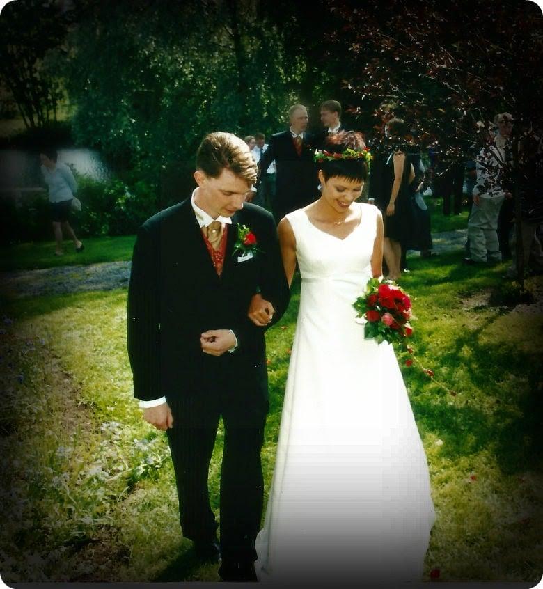 Meidät vihittiin heinäkuussa 2002, unikeonpäivänä, joen rannalla. Tässä olemme juuri ottaneet ensimmäiset yhteiset askeleemme avioparina.
