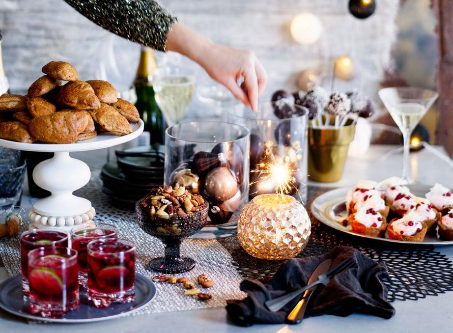 Upota jouluruokien rippeet lihapiiraisiin, puolukkakuppeihin ja kakkutikkareihin, eivätkä hyvät jouluruuat mene hukkaan.