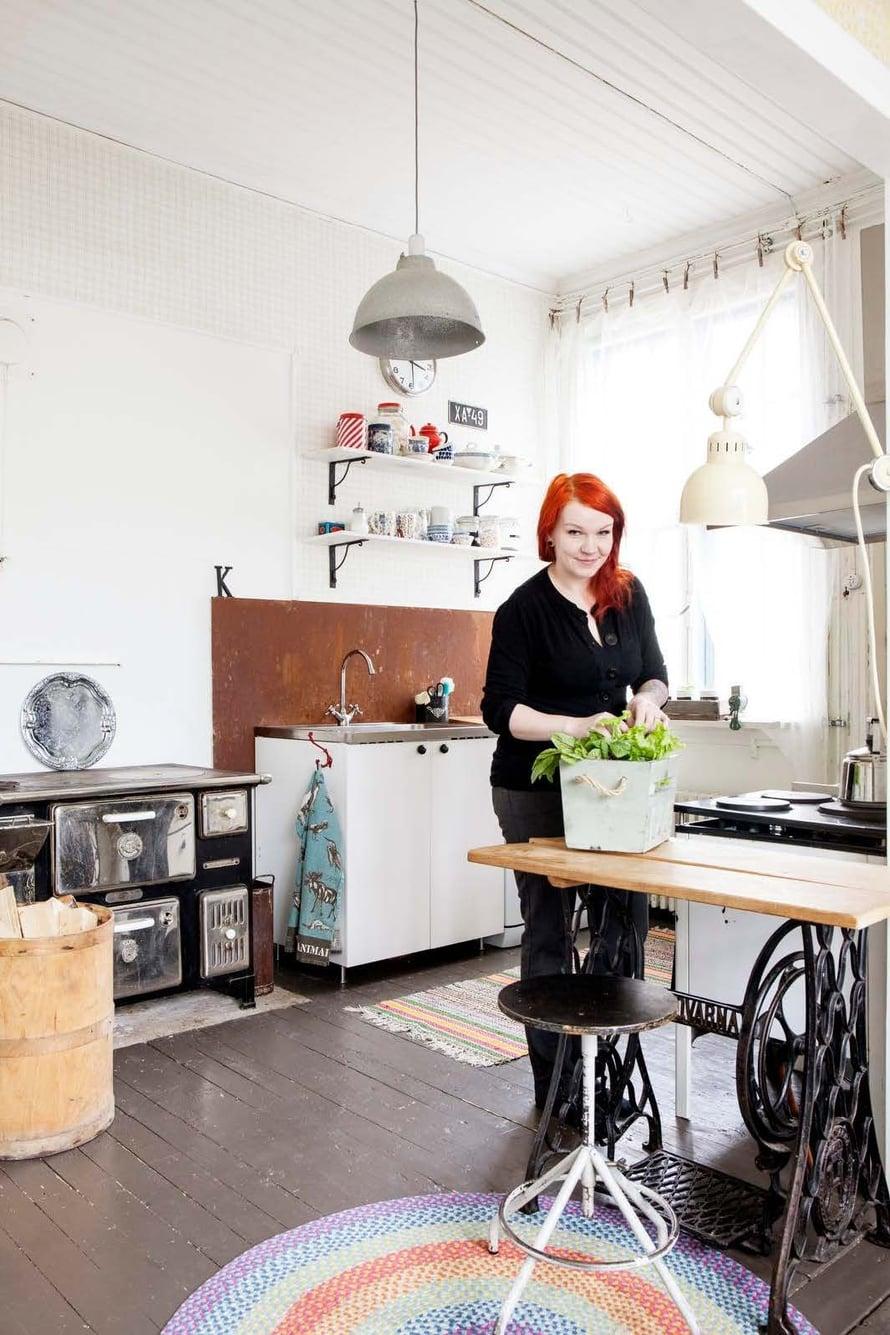 Keittiötä on osittain modernisoitu, mutta historiaakin on säilytetty. Apupöytä on tehty vanhasta ompelukoneesta ja leivintasosta.