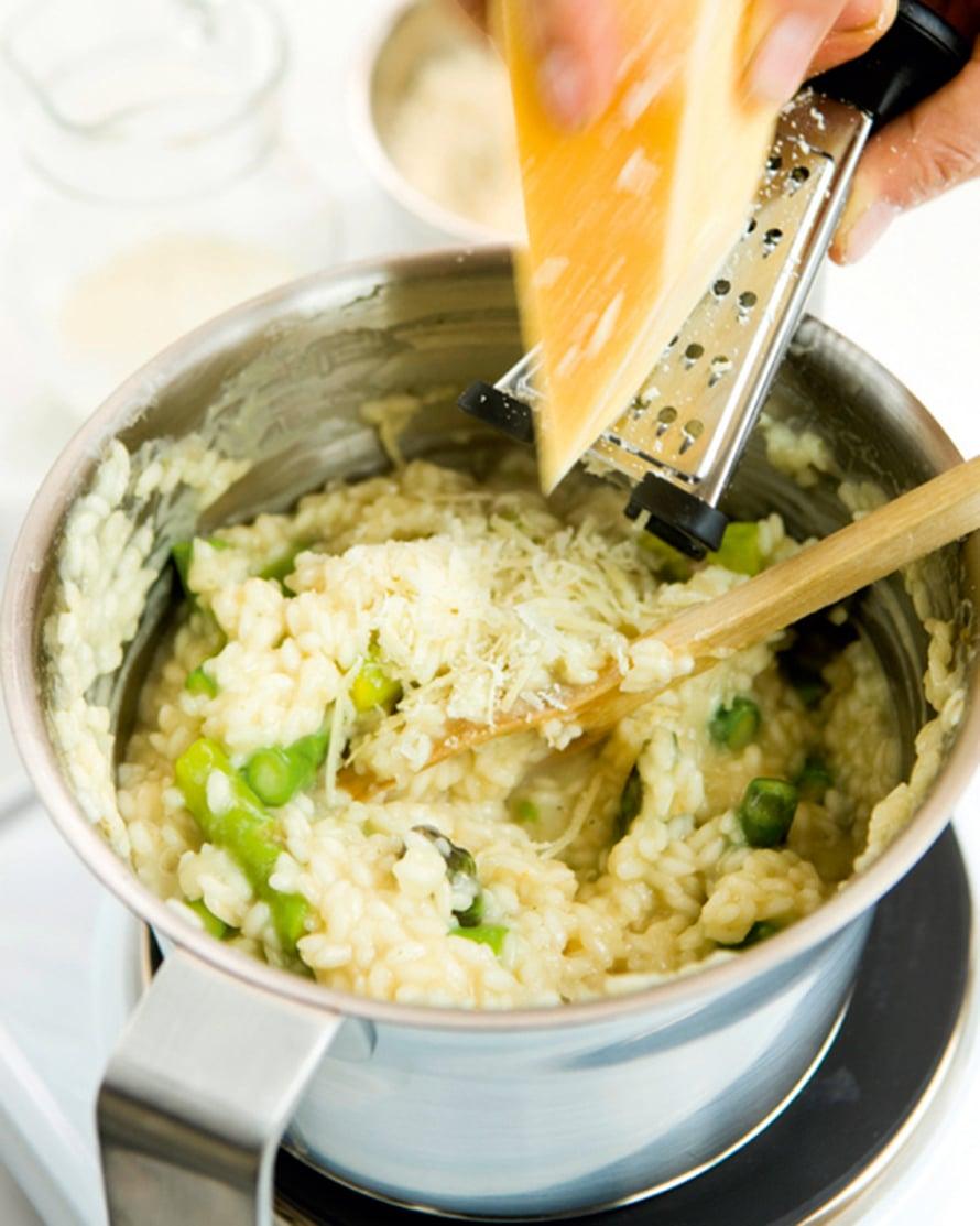 Raasta risoton sekaan parmesaania. Mausta mustapippurilla, tarkista suola ja kuumenna vielä hetki. Nosta risotto tarjolle.