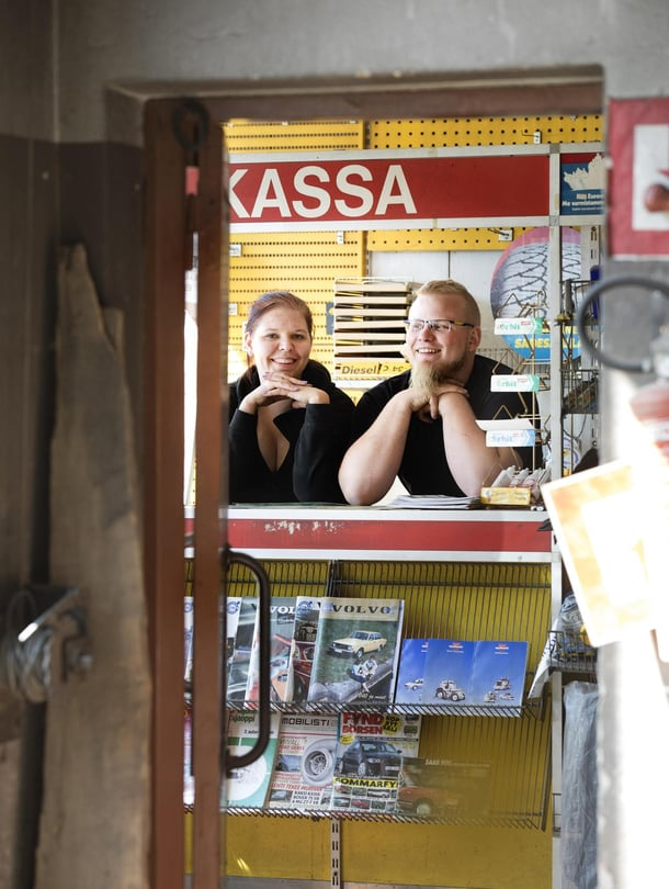 Matilda Strömman ja Ati Airo ovat etsineet huutokaupoista ja rompetoreilta rekvisiittaa huoltoasemalleen, koska edellinen omistaja ehti polttaa osan huoltamon esineistöstä.