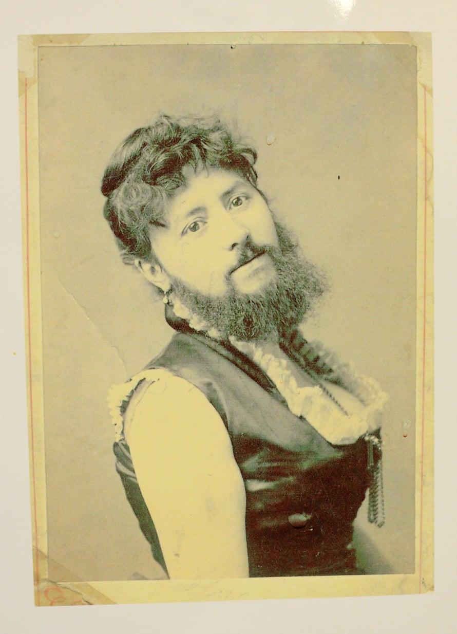 Parrakas nainen -bändi sai nimensä kuvasta, jonka Susanna Rapinojan isoäidin isä toi Amerikasta Hailuotoon 1800-luvul la. Kuva on ostettu sirkuksesta, jossa parrakas nainen esiintyi.