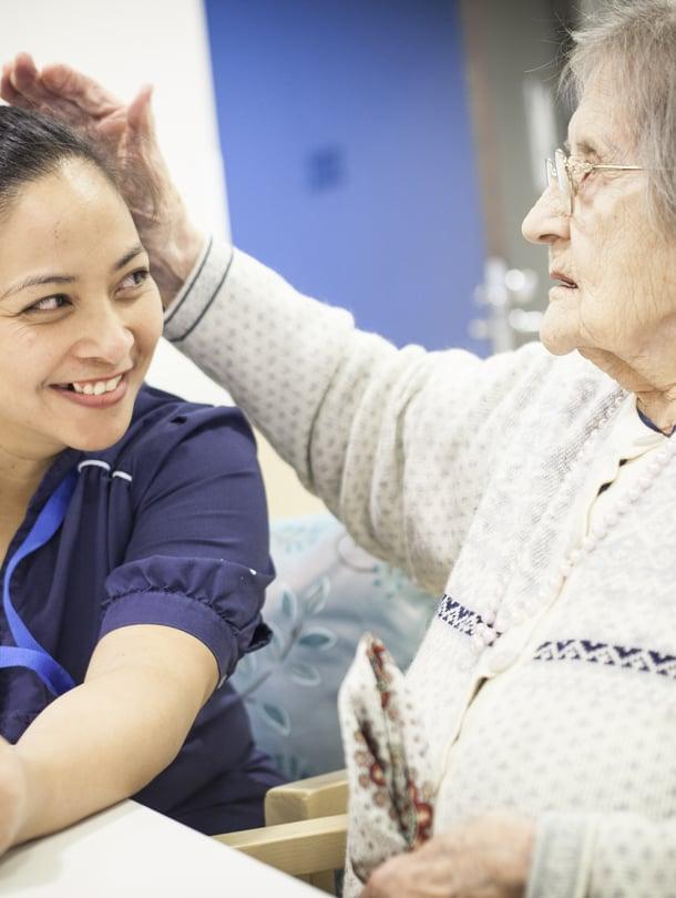 Hymyilevästä Charitysta on tullut hoitaja, jonka moni asukkaista haluaisi omia itselleen.