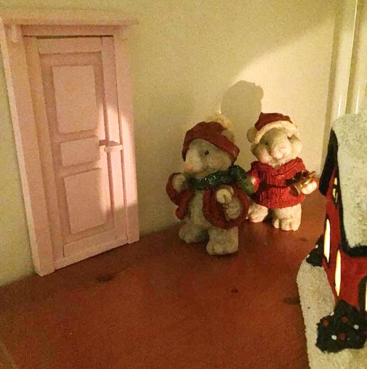 """""""Työkaverini mies yllätti minut erittäin iloisesti eräänä iltana tuomalla itse tekemänsä tonttuoven.Maalasin oven vaaleanpunaiseksi, eikä se juuri muuta kaivannutkaan."""" Kati Jokivirta"""