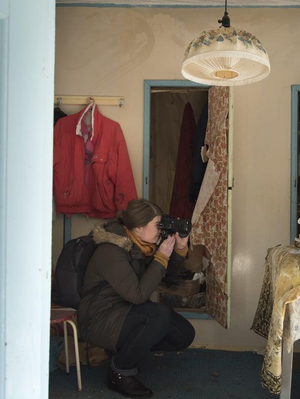 Autiotaloharrastaja Leila näkee, kun aika rapistaa paikkoja. Hän ei koskaan pengo tavaroita vaan katselee ja kuvaa vain sitä, mikä on näkyvillä.