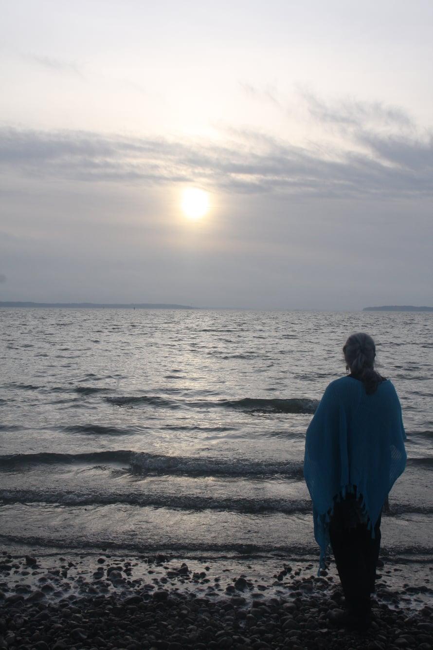 Tästä kuvasta on tullut Päiville erityisen tärkeä. Meren aallot näyttävät askelmilta. Taivaan portaat? Lasten askeleet?
