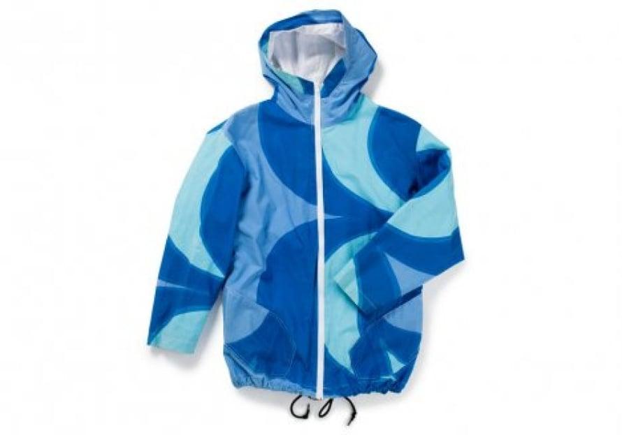 Ystävä sai syntymäpäivälahjaksi takin, jonka Katri ompeli kaapista löytyneestä Marimekon kankaasta.