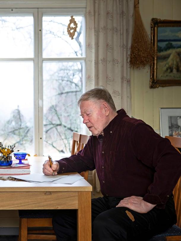 """Veikko Harala, 77, haluaisi kirjoittaa naiselleen runoja ja laulaa lauluja. """"Kumppanuus on tavattoman hieno asia. Hyvä parisuhde kantaa ihmistä."""""""