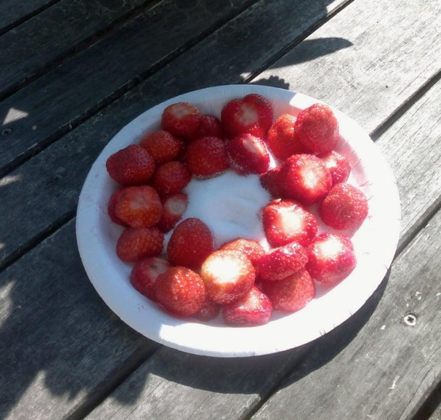 Yksinkertaista ja hyvää: Dippasimme mansikoita sokeriiin. - Amilia