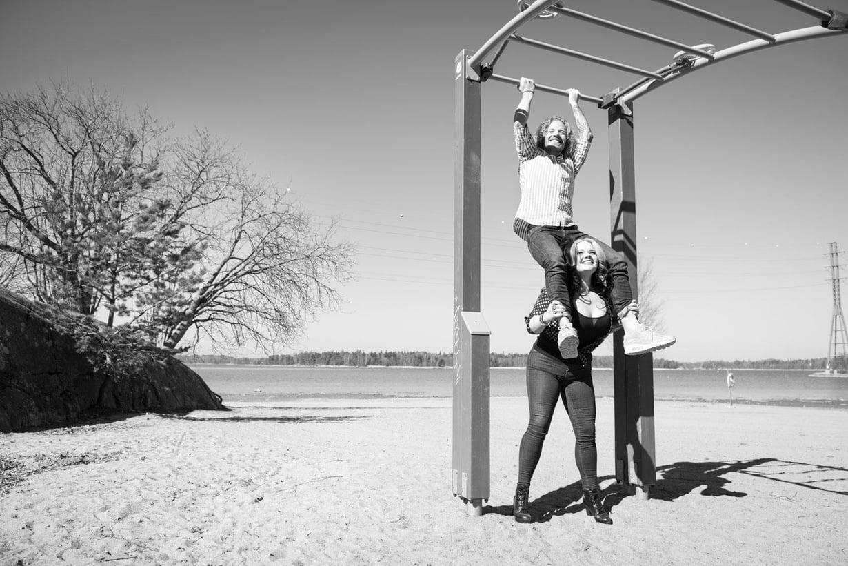 Sisarukset Sauli ja Saana Koskinen ovat olleet läheisiä nuoresta asti. Saana, 36, on burleskitaiteilija, joka tunnetaan nimellä Molly Moonstone. Sauli on tosi-tv-tähti ja personal trainer. Hän myös juontaa omalla Instagram-kanavallaan Saulilla on asiaa -ohjelmaa.