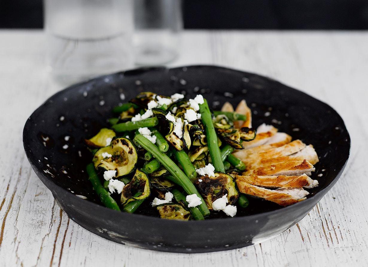 Kaunis salaatti sopii porsaankyljysten ja broilerin kaveriksi.