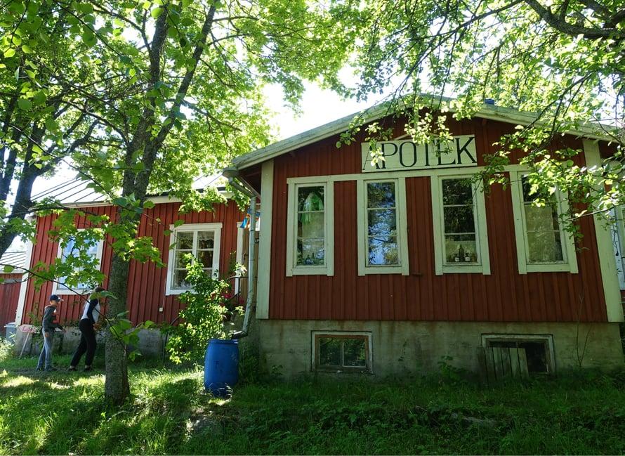 Kumlingen viehättävin nähtävyys on vanhanajan apteekki, joka edelleen palvelee asiakkaita yli 80 vuoden jälkeen samoissa tiloissa. Myös Pyhän Annan kirkko on vaikuttava paikka, mutta sen sisällä ei saa ottaa kuvia.