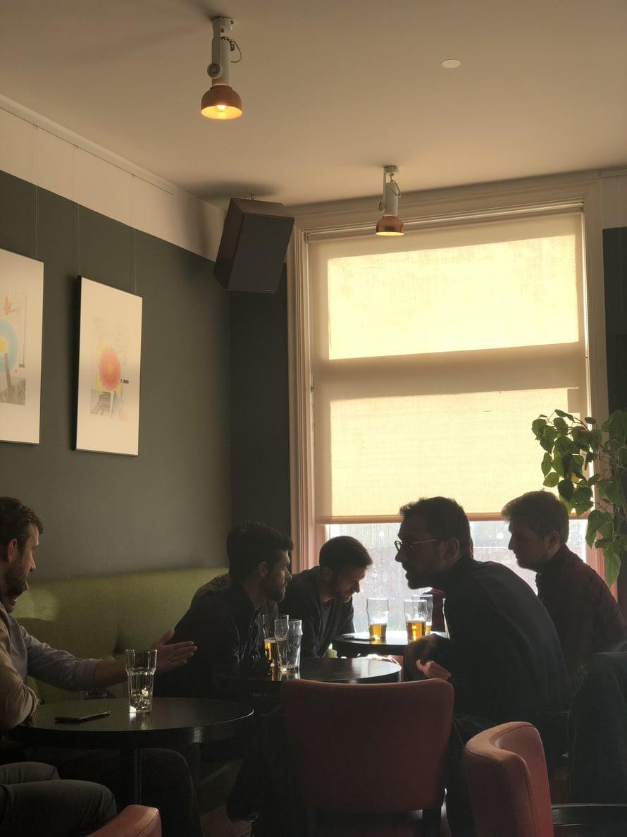 Reissun ekat oluet joimme Tops-baarissa, Kalamajan sydämessä olevassa viihtyisässä kapakassa, joka oli kuin tuulahdus Berliiniä keskellä puutaloaluetta. Juomien lisäksi täältä saa pientä syötävää kuten leikkelelautasia ja lämpimiä voileipiä.