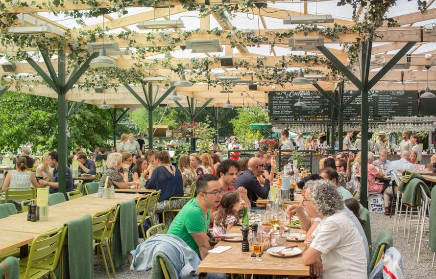 Tukholman Boule Bar on ravintola, baari ja petankkipaikka, jossa kannattaa pyörähtää kauniilla säällä.