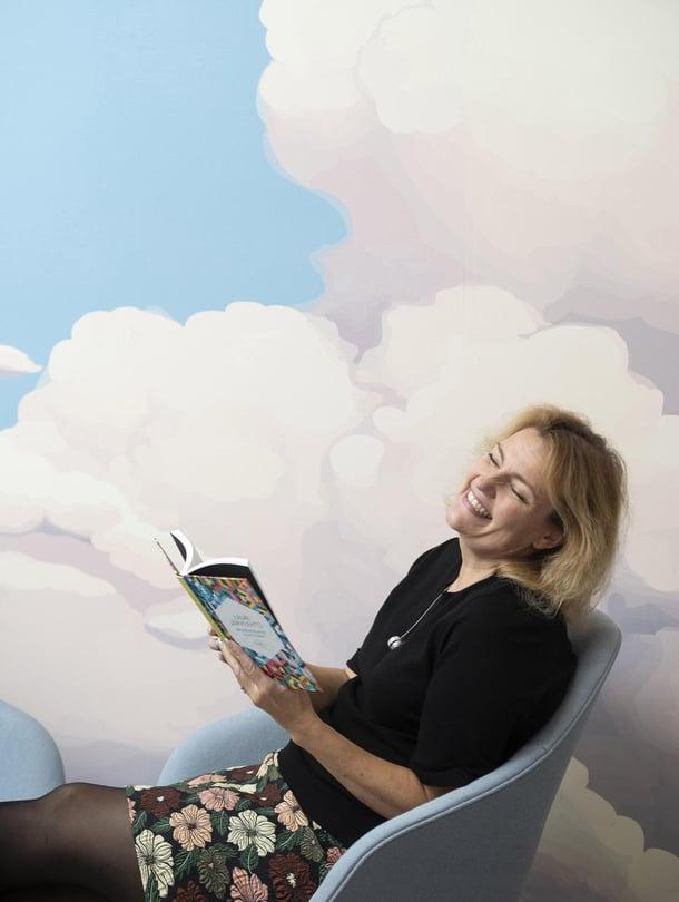 Lukeminen on yhä suomalaisten suosikkiharrastuksia. Tiina Al-Ani lukee viikossa keskimäärin neljä kirjaa.