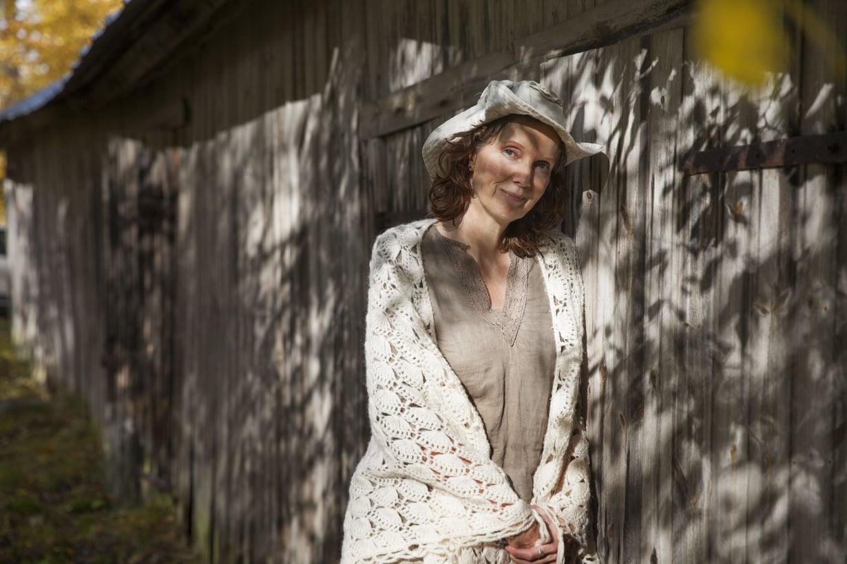 """Ensimmäiset runonsa Sari Lehtimäki kirjoitti lohduksi avioerosta toipuvalle äidilleen. """"En usko sattumaan. Vastoinkäymisilläkin on tarkoitus."""""""