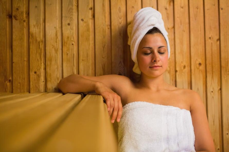 Hiukset voi suojata saunoessa myös pyyhkeellä.