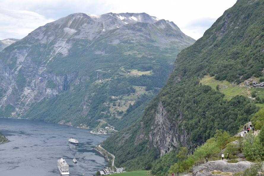 Vastapäätä näkyy rinteessä nouseva serpentiinitie Ørnesvingen, jota ajamme myöhemmin ylös.