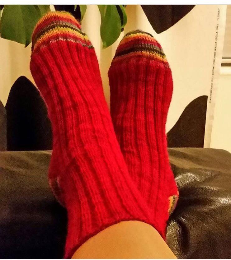Neuloin joulunpunaiset sukat, mutta halusin niihin jotain muutakin väriä, joten neuloin kantaan ja kärkeen värikkäästä langasta. Sukat sai rakas tyttäreni. Olen myöhemmin neulonut lähes samanlaiset myös itselleni, koska molempia lankoja jäi toiseenkin sukkapariin. – Satu Alamäki