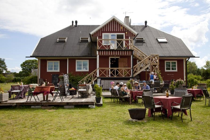 Viinitilan päärakennus henkii perinteitä.