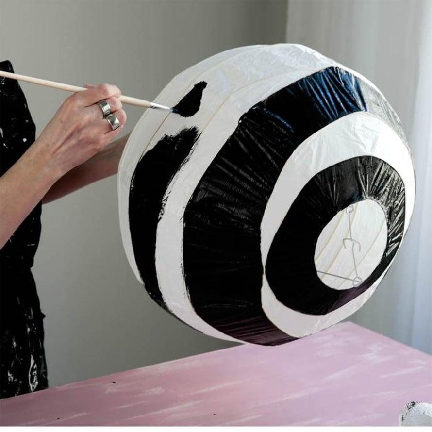 Varjostimen metallituesta oli helppo pitää kiinni varjostimesta maalatessa.