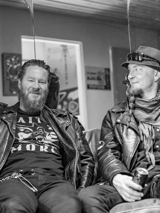 Jouni Hynynen, 48, on Kotiteollisuus-yhtyeen laulaja, kitaristi ja sanoittaja. Hänen veljensä Janne Hynynen, 43, aloitti tosissaan soittamisen jo ennen isoveljeään. Janne pitää levykauppaa Lappeenrannassa ja soittaa bändeissä.
