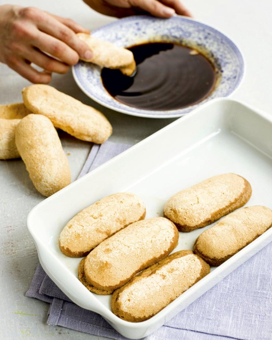 Kasta keksit kylmään, alkoholilla maustettuun vahvaan kahviin ja lado puolet kekseistä suorareunaiseen vuokaan. Alkoholin voi jättää poiskin. Käytä silloin kahvijuomaa 3 dl.