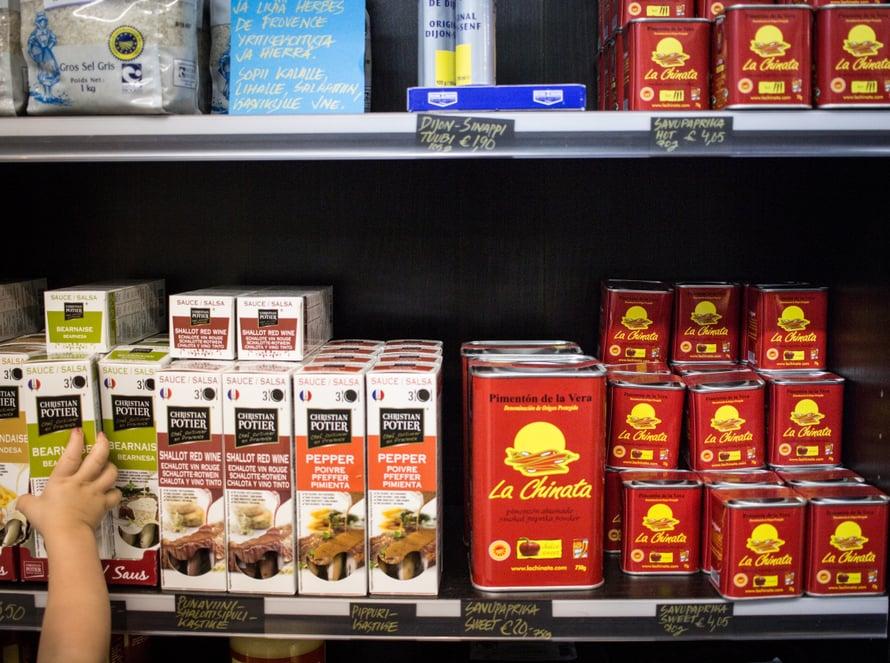 Hakaniemen hallissa myydään laadukkaita mausteita. Savupaprika on keittiöni perusmausteita ja löytyy DeliDelin hyllystä.