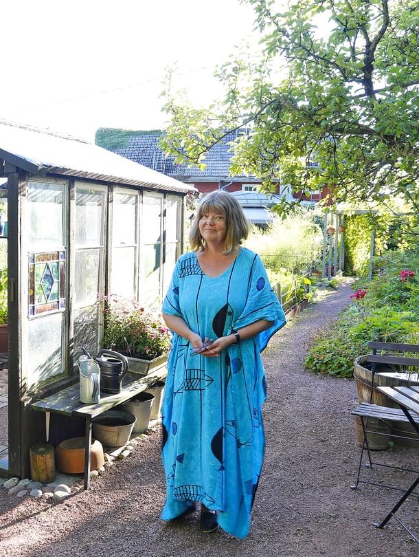 Titte Törnroth-Sarkkisen kasvihuoneessa versoo tomaatteja. Se on myös erinomainen kahvittelupaikka.