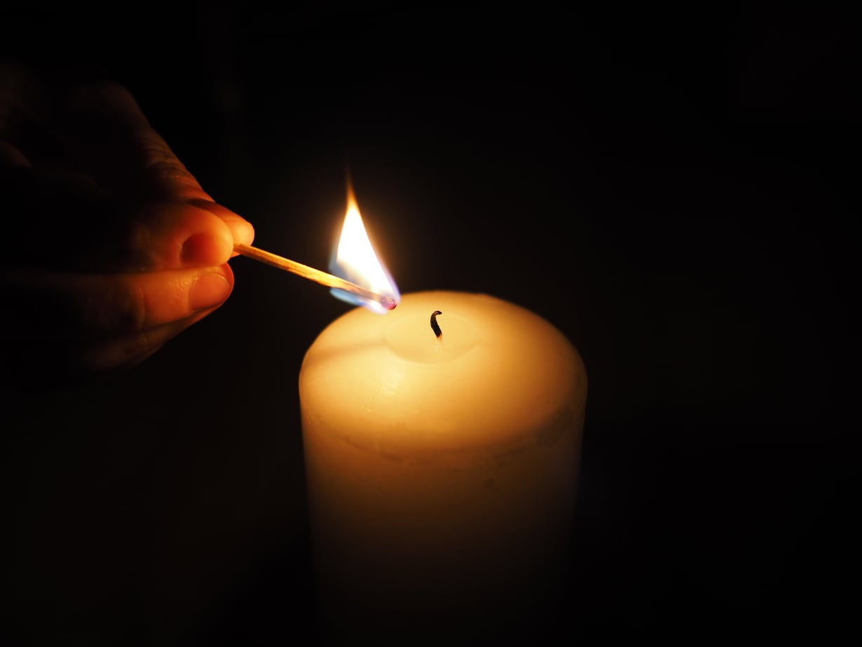 Wabi-sabiin kuuluu ajatusten rauhoittaminen ja keskittäminen. Kynttilän katselu sopii siihenkin.