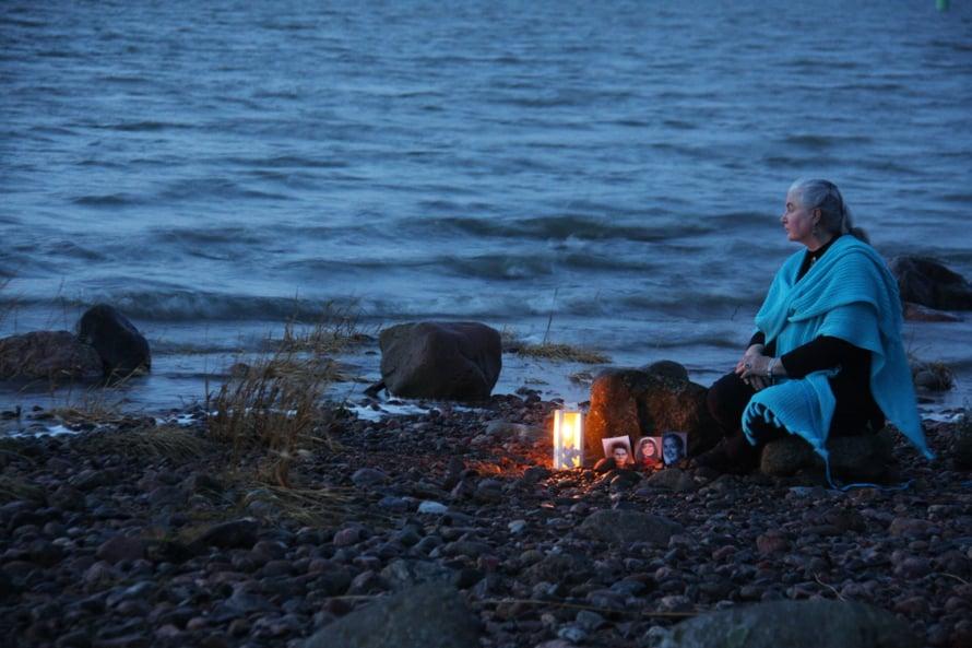 Päivi Kanerva ja lapset Turun Ruissalossa tapaninpäivänä 2013. Tsunamista on yhdeksän vuotta. Päivi pystyi vuosien tauon jälkeen katselemaan lastensa kuvia.
