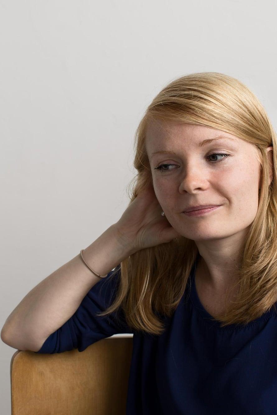 Saara Turusen kirja Rakkaudenhirviö voitti Helsingin Sanomien esikoiskirjapalkinnon. Hänen uusi teoksensa Sivuhenkilö (Tammi) on suorasukainen kuvaus yhdestä vuodesta kirjoittajansa elämässä. Vuoteen kuuluu muun muassa esikoiskirjapalkinnon voittaminen.