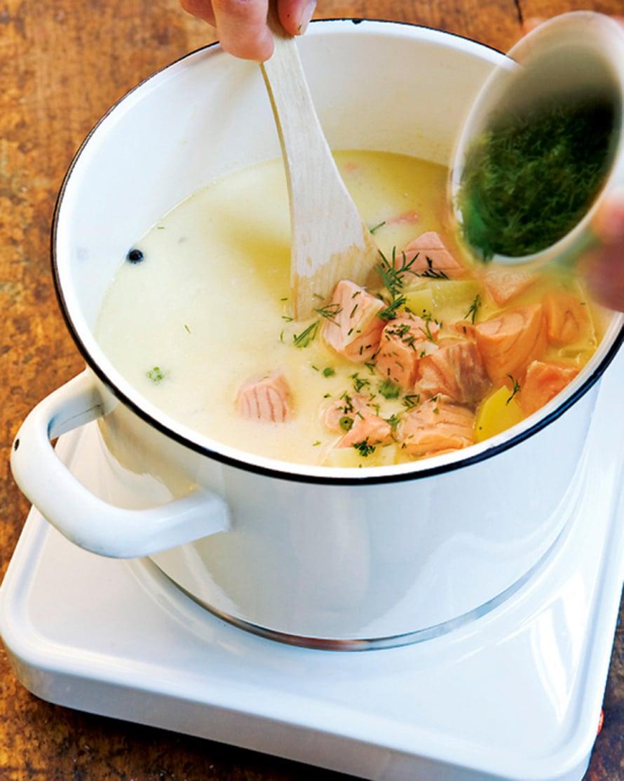 Viimeistele keitto kermalla tai maidolla. Hienonna tilli ja lisää se juuri ennen tarjoilua.