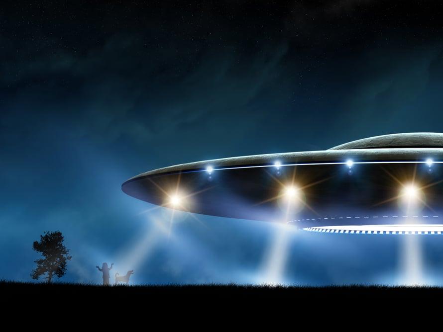 1980-luvun V-nimisen tv-sarjan kauhut ovat juurtuneet monen nyt keski-ikäisen mieleen lähtemättömästi. Koskaan ei tiennyt, koska oliot tulisivat ufolla.