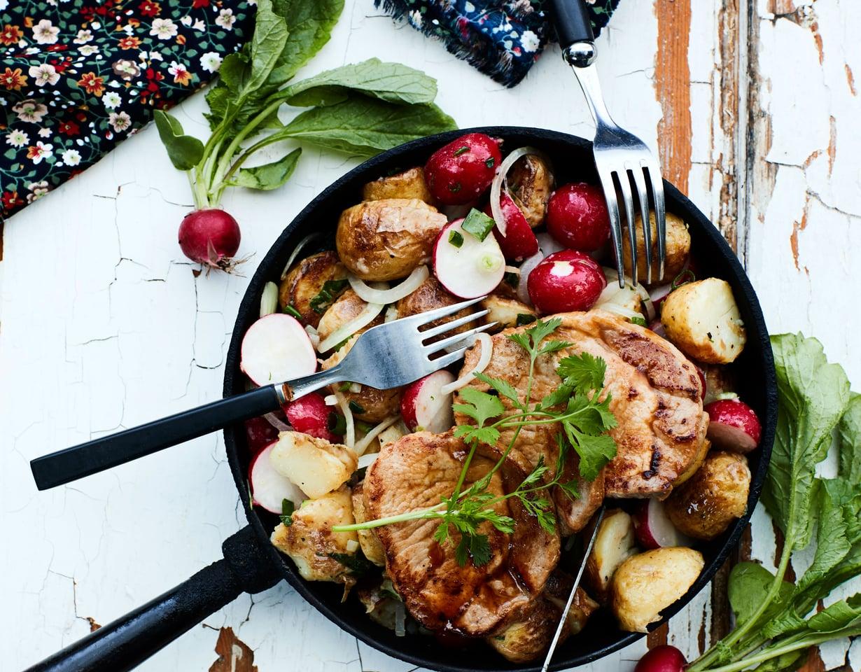 Vinegretti erottaa lämpimän perunasalaatin pyttipannusta. Salaatti on herkullinen pari paistetulle teriyakipossulle.