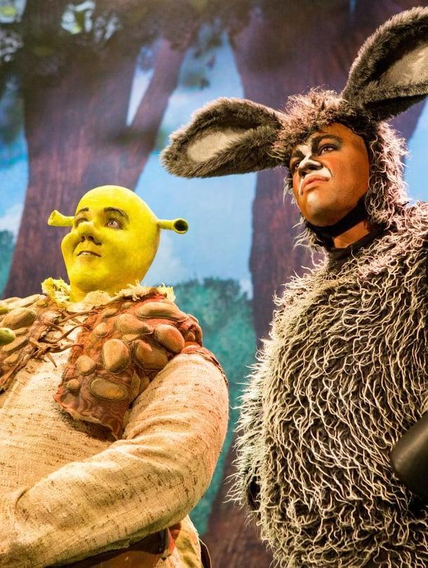 Lavan takana Shrekin (Petrus Kähkönen) ja aasin (Matti Leino) hikeä kuivattavat pöytätuulettimet.