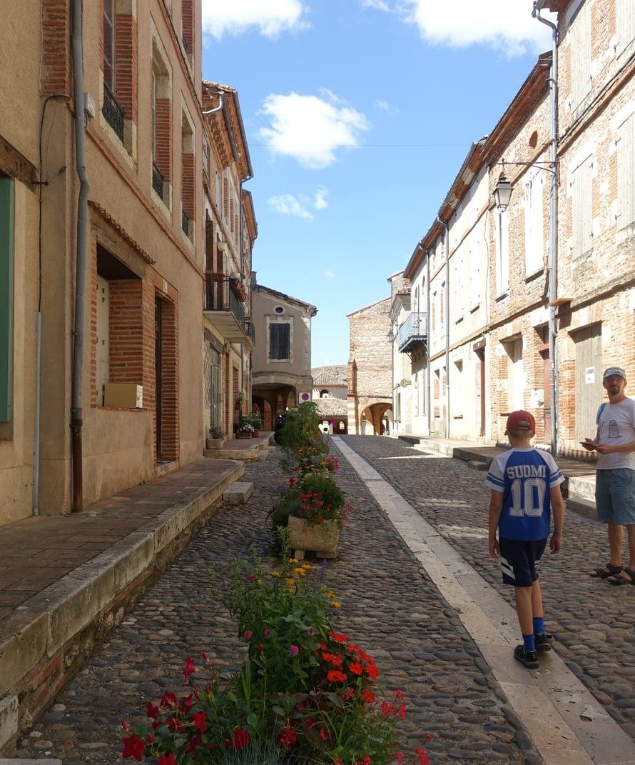 Auvillarin kylässä on vain kourallinen ihmisiä, mutta siellä vierailee vuosittain runsaasti turisteja. Keskiaikainen kylä on säilyttänyt viehättävän, leppoisan tunnelmansa.