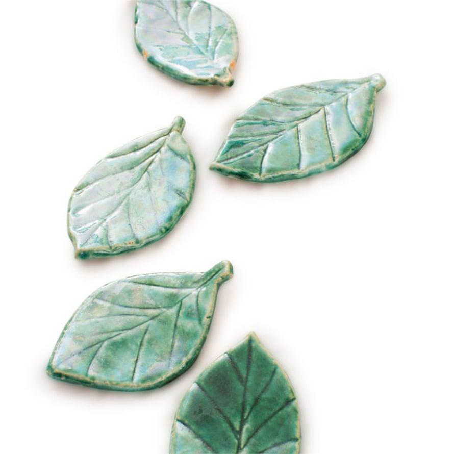 Vihreään lasitteeseen dipatut keramiikkalehdet sopivat tapasten tarjoiluun.