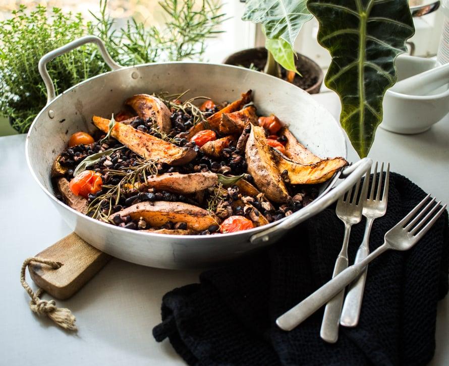 Valmiin bataattipannun juju on mausteiset bataattilohkot, rapsakat uunissa auenneet pavut sekä mehukkaat kirsikkatomaatit!