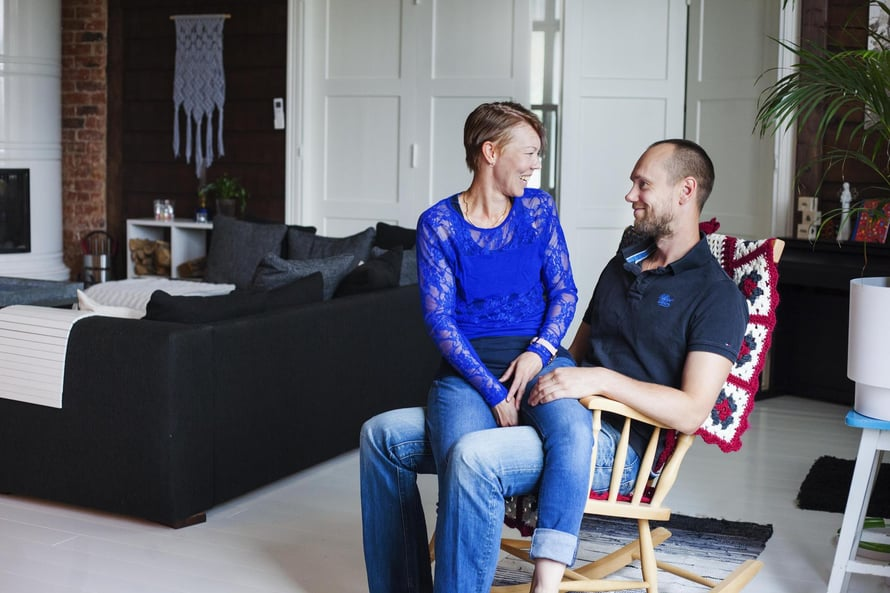 Satu ja Olli Kunnarin perheeseen kuuluvat 13-vuotias poika, 10-vuotias tyttö ja kissanpentu Milli. Olli, 36, on yksi Suomen tunnetuimmista ammattilentopalloilijoista. Kunnarit asuvat Sastamalassa kunnostamassaan vanhassa koulussa.
