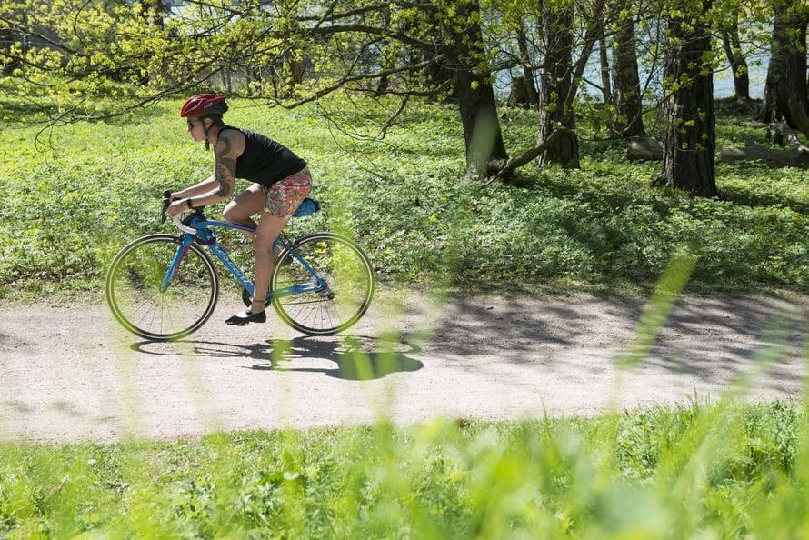 Kesällä Mirka jaksaa pyöräillä huvin vuoksi, räntäkelillä aktiivisuusrannekkeen lukemien takia.